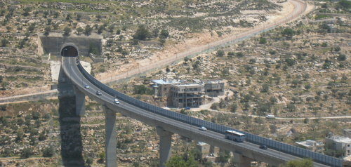 A bridge connecting Israel with Judea and Samaria. Photo: Wikimedia Commons.