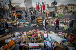 Garbage piles up at Mahane Yehuda market in Jerusalem Sunday due to municipal strike. (Yonatan Sindel/Flash90)